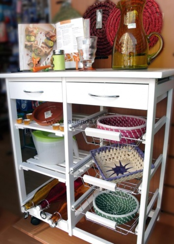 Mueble blanco para cocina con cestas