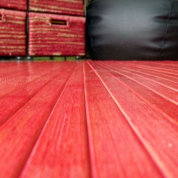 Detalle de la alfombra de bambú roja