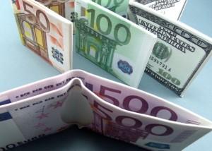 Billeteras con dibujo de billetes de euro y dólar
