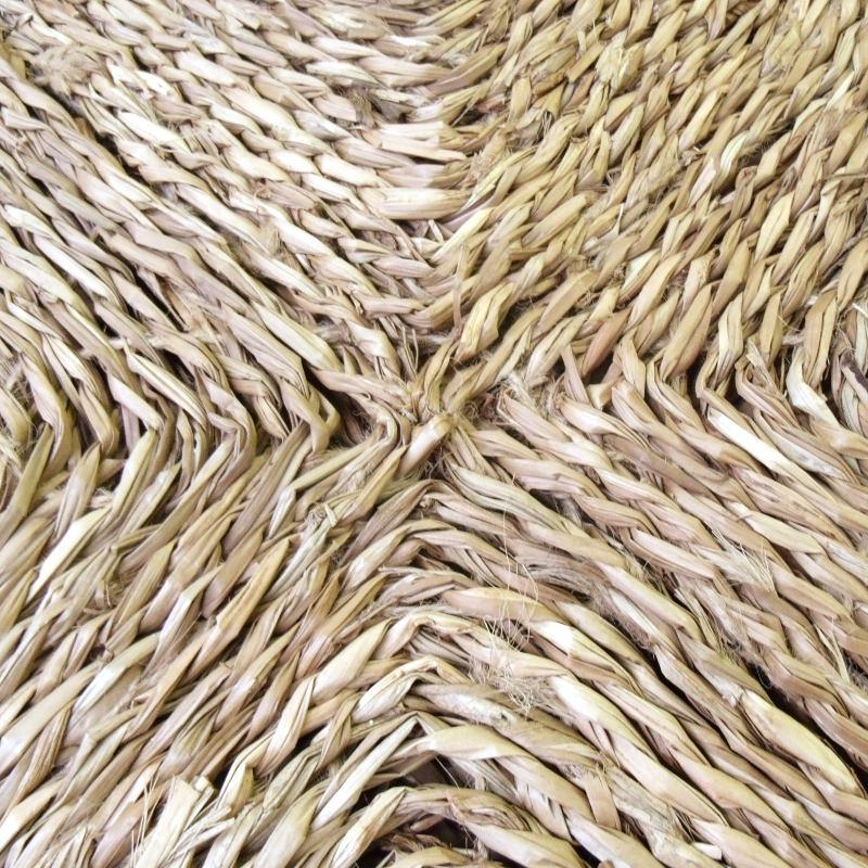 Detalle del trenzado de la alfombra de mimbre