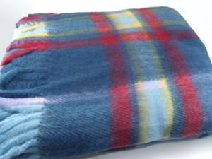 Detalle de la manta escocesa azul