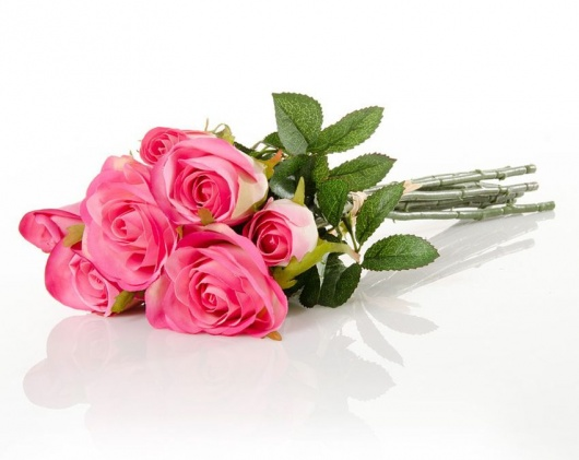 Rosas artificiales en manojo