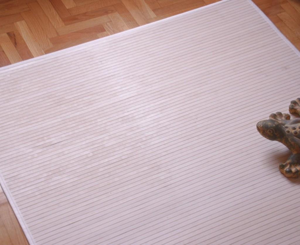 Alfombra blanca de madera