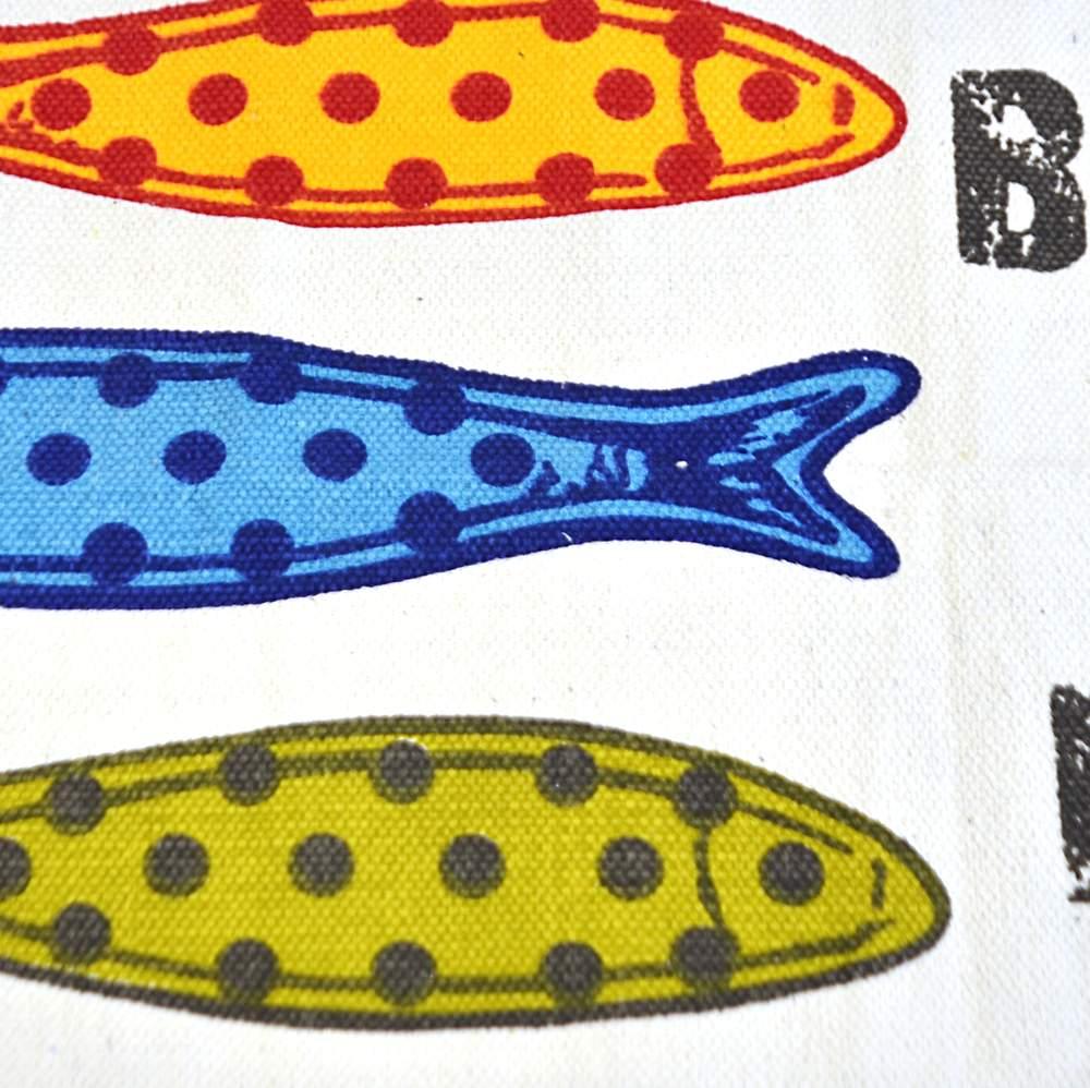 Alfombra pequeña estampada con peces