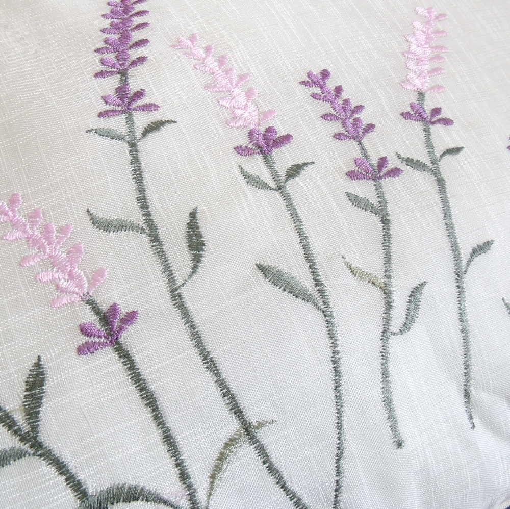 Cojín con bordado de flores