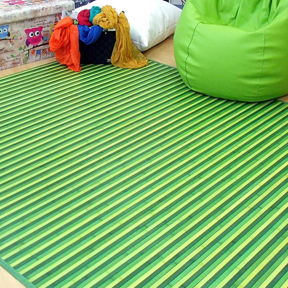 Ambiente con alfombra y puff verde