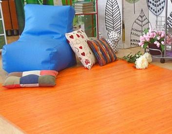 Ambiente con puff y alfombra