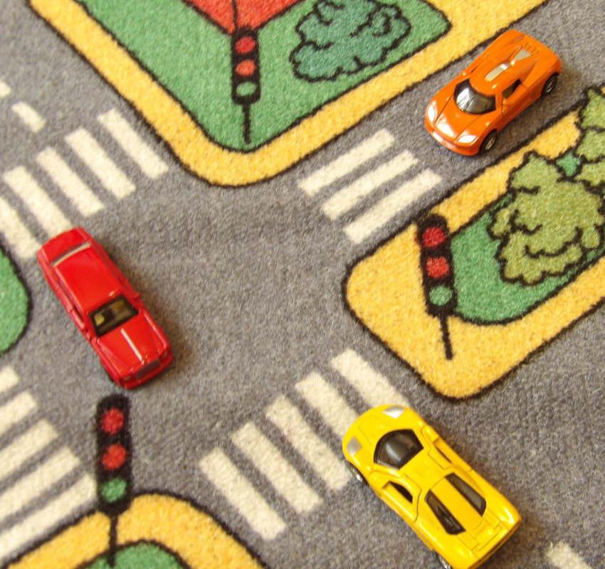 Alfombra con coches