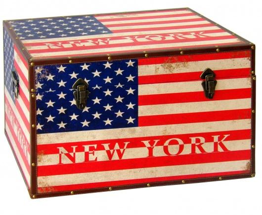 Arcón de madera con bandera americana