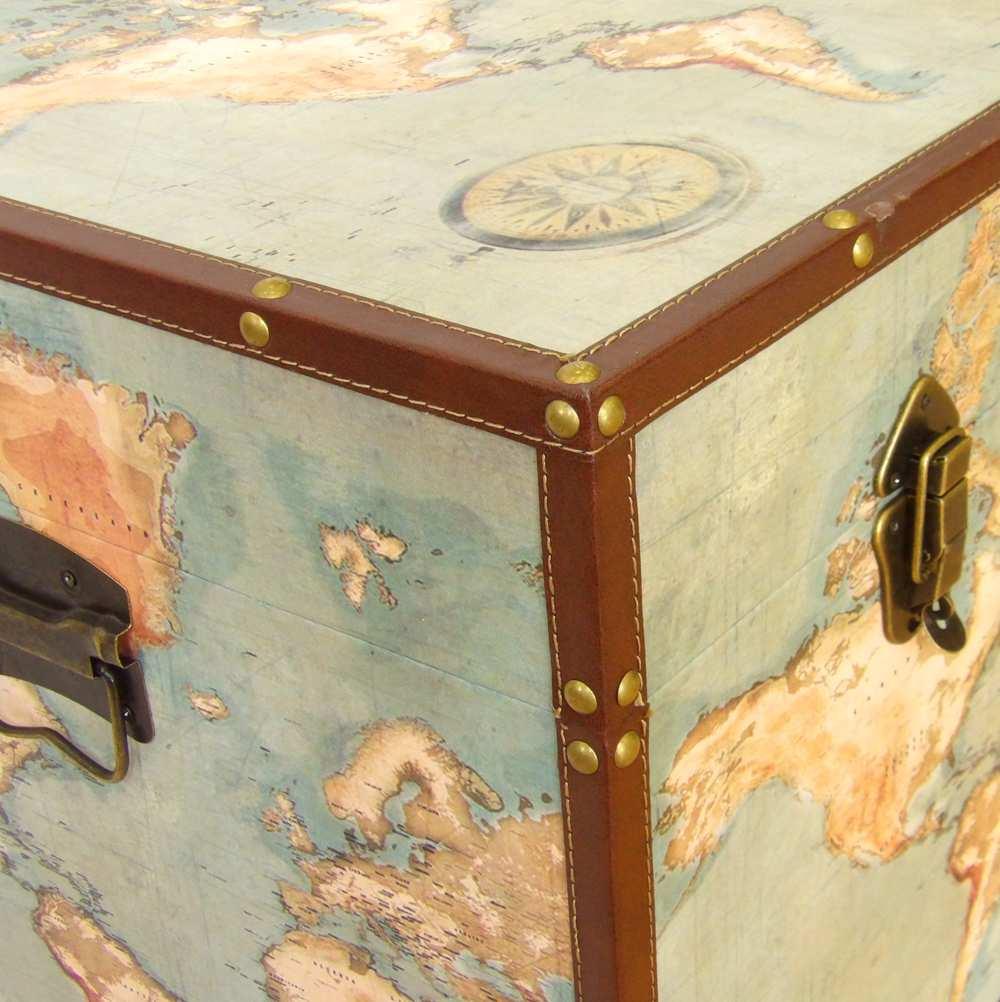 Arcón de madera con mapa