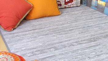 Alfombra de madera gris y blanca