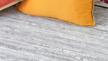 Alfombra de láminas de madera