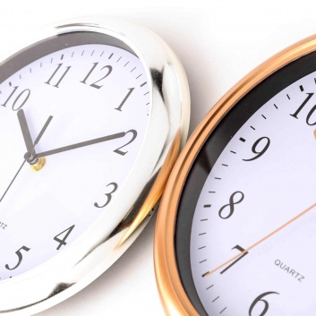 Reloj de pared dorado y plateado