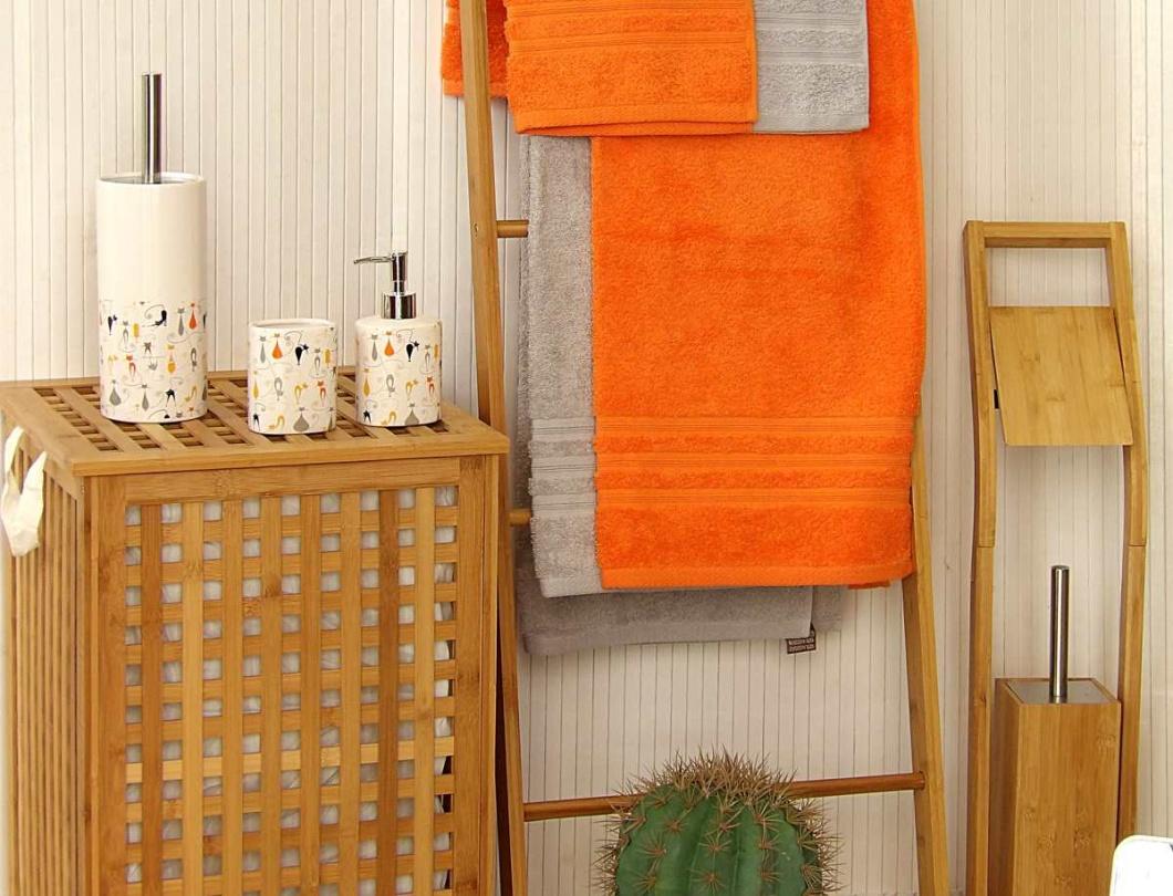 Accesorios de baño en bambú, gris y naranja
