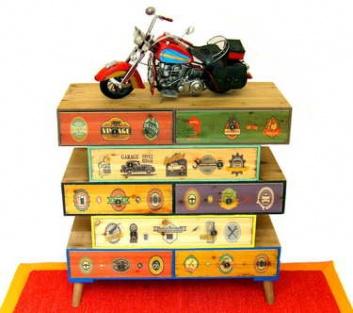 Aparador con moto de colección