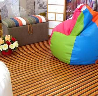 Puff multicolor y alfombra de bambú