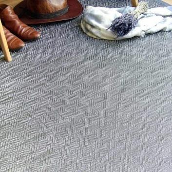 Alfombra sintética color gris neutro