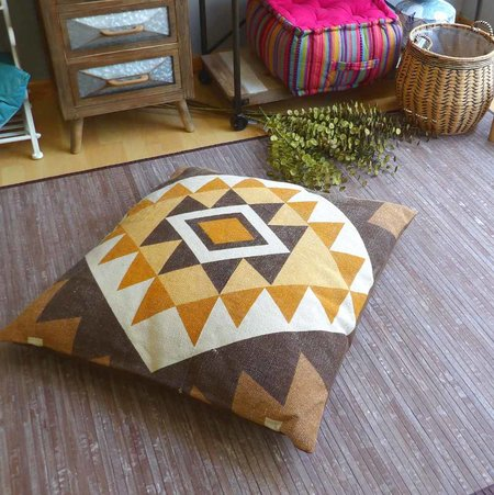 Cojín de suelo sobre alfombra de bambú
