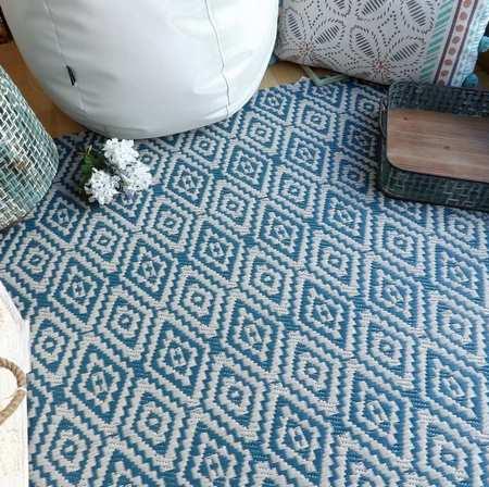 Rincón con alfombra de plástico reciclado