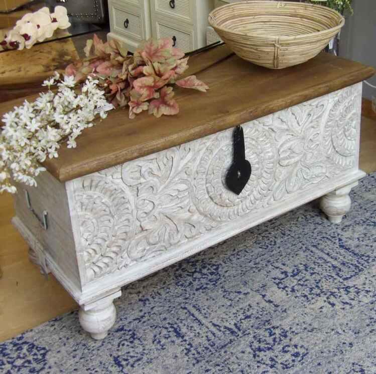 Baúl de madera tallada
